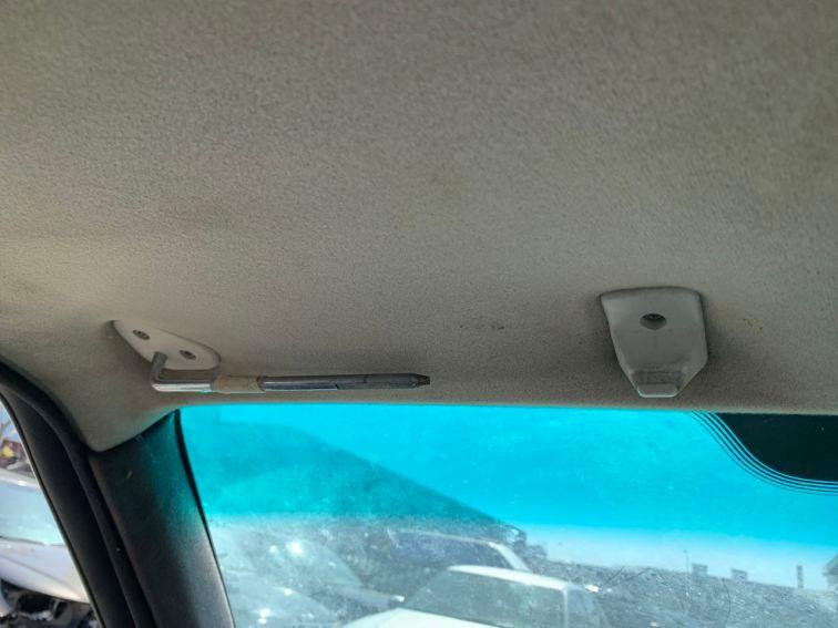 Något saknas. Solskydd på förarsidan. Annars är Saab komplett.