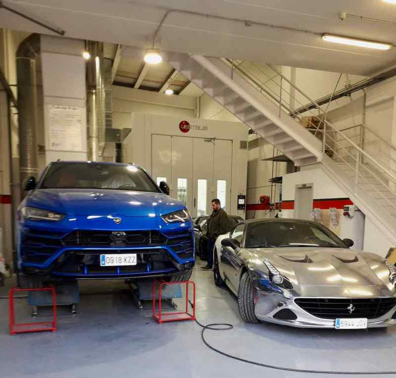 Lamborghini e Ferrari na oficina de pintura. Boa companhia para o Saab?