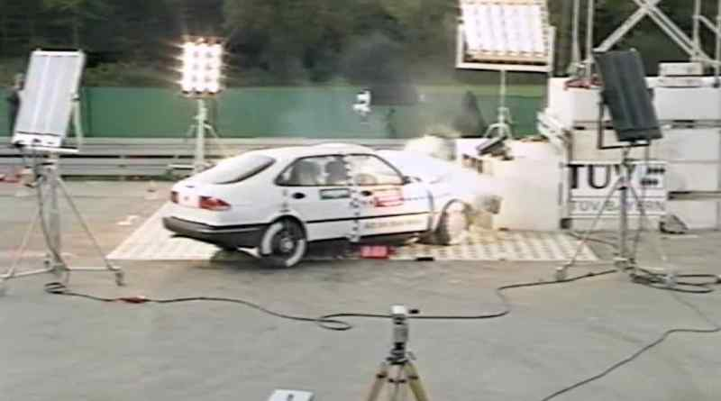 Saab 900 II nel crash test del 1994
