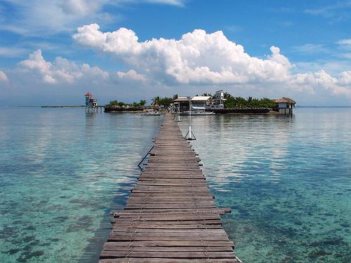 Saari, johoo menee pitkä kävelysilta.