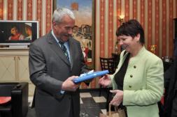 Minister Geschenk an Bürgermeisterin