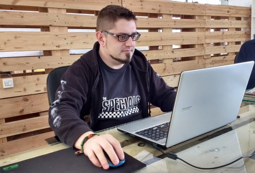 Arnau Palazón a l'oficina de Metacom