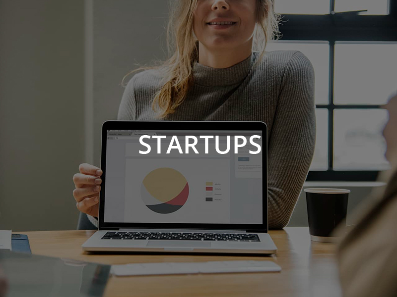 Chica presentando su startup en Barcelona