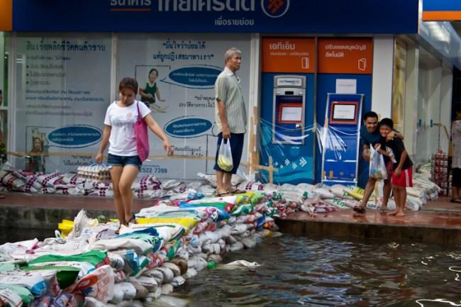 Кому-то фаранги были более интересны, чем наводнение :-)