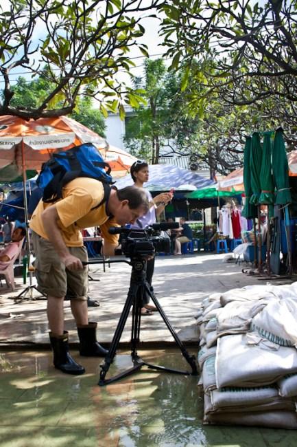 """Хотите узнать, как снимаются новости? В общем, встретили мы немецких журналистов. Оператор и ведущая. От меня сразу вопрос в лоб: """"Нафига вы это делаете?"""" Кто не понял, что они делают - все внимание на оператора. Нашли ручей в 5 метрах от Чао Праи и снимают его крупным планом. Потом это будет якобы улица Бангкока. Журналистка искренне ответила: """"Я вас прекрасно понимаю. Но это моя работа. А если нет наводнения, то нет новостей."""""""