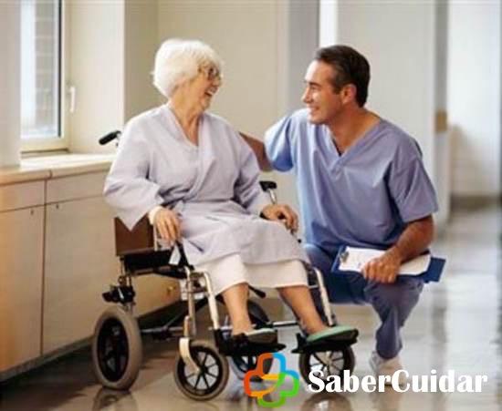 Cuidador con anciano dependiente en silla de ruedas