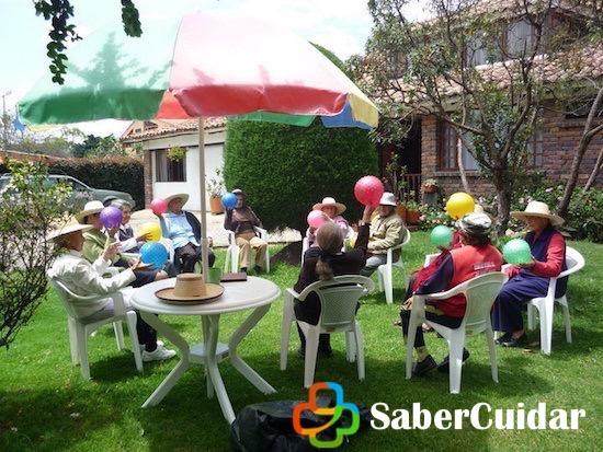 Ancianos teniendo actividades recreativas en casa hogar