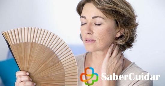Mujer con menopausia usa abanico