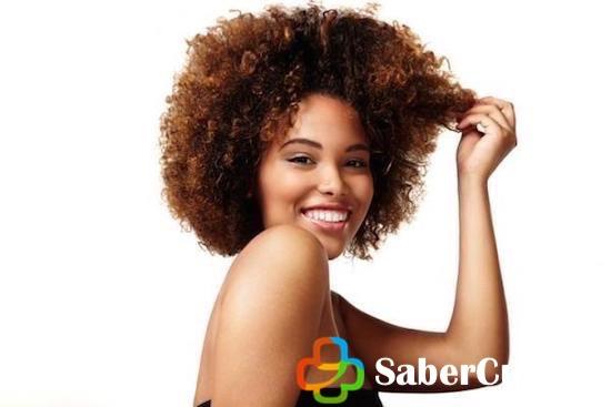 Mujer con el cabello afro