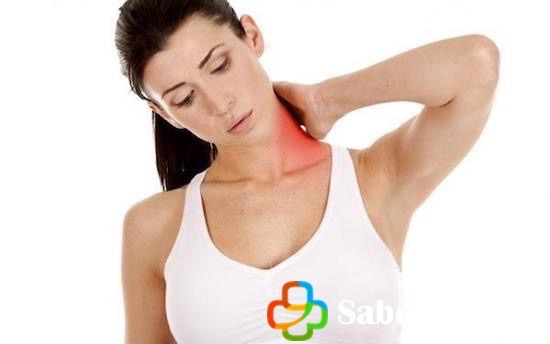 Mujer con dolor cervical