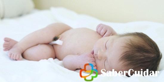 Recién nacido con cordón umbilical