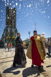 En la imagen, un sacerdote ortodoxo bendice a los periodistas momentos antes de hacer lo mismo con el cohete Soyuz, en la plataforma de lanzamiento.