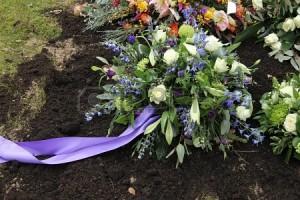 18267949-sympathy-ramo-en-azul-y-blanco-sobre-una-tumba