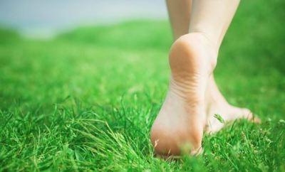 Los grandes beneficios de caminar descalzo