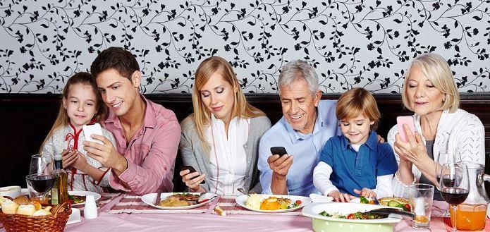 No deberías comer con el móvil por este motivo