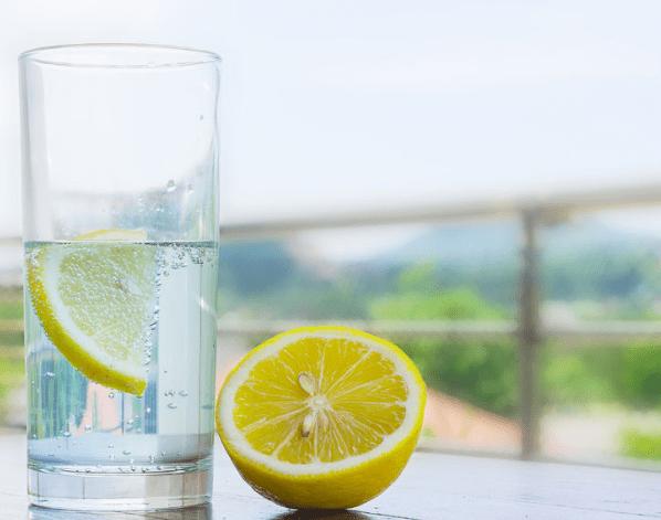 Las increíbles propiedades del agua con limón
