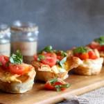 Vasitos de masa hojaldre con relleno caprese (tomate, queso y albahaca)