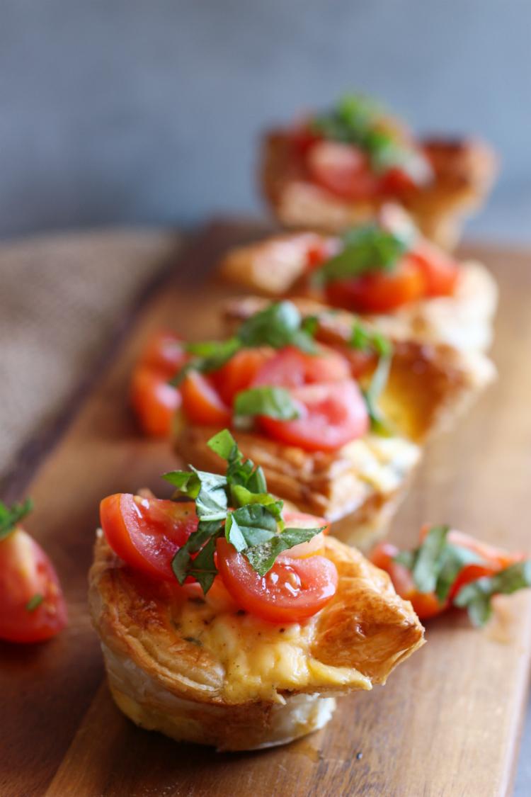 vasitos en masa hojaldre rellenos de queso, huevo y tomate