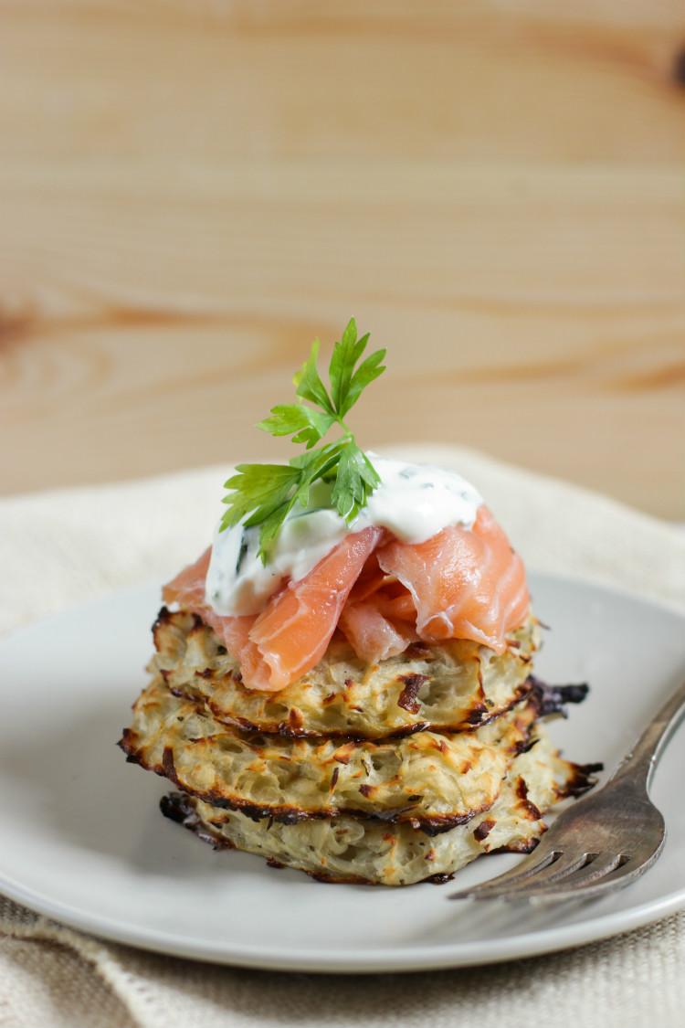 Papas rösti con salmón ahumado y crema ácida, receta paso a paso