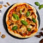 Pizza casera con queso de cabra, dátiles, nueces y albahaca