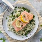 Arroz de coliflor y hierbas con salmón a la plancha