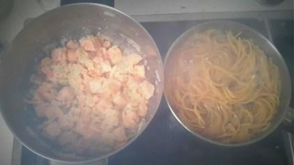 Cocinar la salsa y la pasta