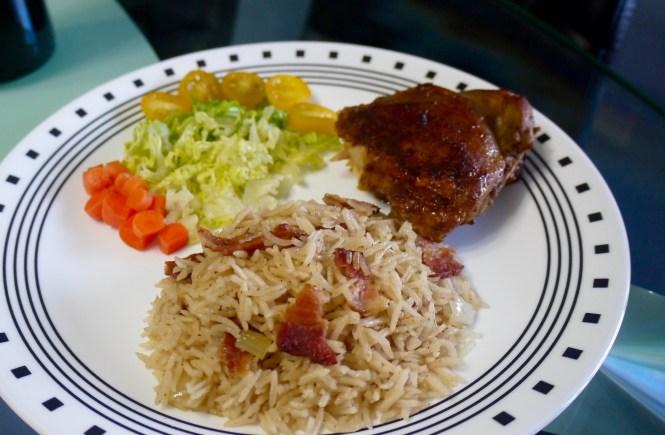 Puedes acompañar el arroz con bacon con pollo asado y vegetales.