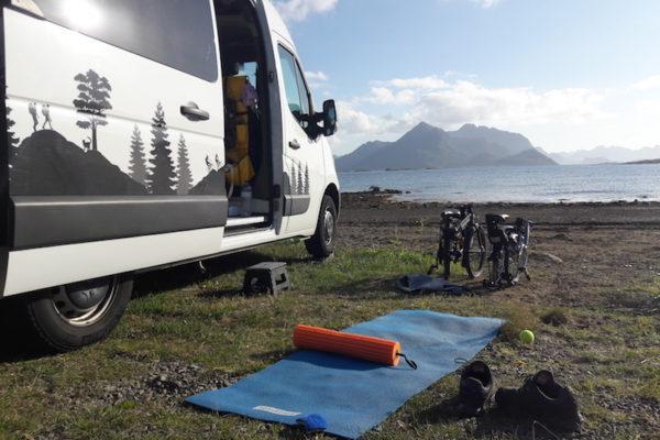 Entspannen auf dem Campingplatz Oppmyre bei warmen Temperaturen. Direkt vor unserem Standplatz durften wir am späteren Abend nach unserer Myrtinden-Besteigung noch Schweinswale auf der Jagd beobachten –besser als jedes Kino.