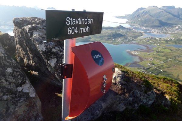 Bei heissen Tagen soll man in die Höhe: Gesagt, getan und so landeten wir nach einem anstrengenden Aufstieg –begleitet von einer Hundertschaft nervenden Fliegen –auf dem aussichtsreichen Stavtinden (604 M.ü.M). Die rote Box ist übrigens für die Norweger heilig –wehe sie können sich nicht in das Gipfelbuch eintragen.