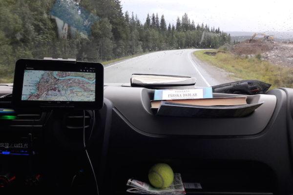 Das heutige Bild zeigt neben meinem Chaos gut unser Fokus auf: Autofahren. In 3 Tagen sollten wir in Trondheim sein, deshalb müssen wir nun total 1000 Kilometer zurücklegen. Hört sich gut machbar an, doch sind wir uns das viele Fahren nicht mehr gewohnt und zudem locken die zahlreichen Wäldchen mit unzähligen Pilzen und Beeren ständig um spannende und lange Pausen zu machen. Doch nach ein paar Stunden hatten wir die Überuerung des Polarkreises geschafft und übernachten nun idyllisch in Mo i Rana fast direkt neben einem in die Jahre gekommenen Stahlwerk.
