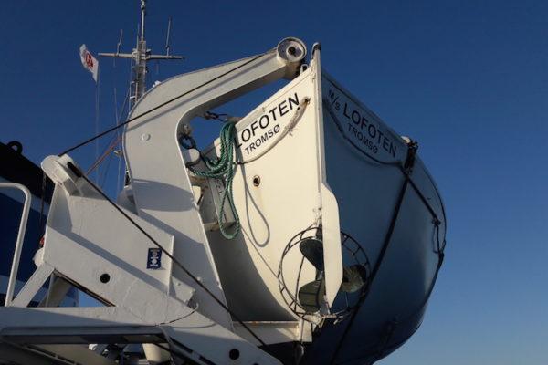 Man glaubt es kaum, aber wir sind schon wieder auf einem Hurtigruten-Schiff unterwegs. Dieses Mal mit der kleinen MS Lofoten von Trondheim nach Harstad und wieder zurück. Zuvor stellte sich die Suche nach einem Parkplatz in/ausserhalb von Trondheim für 5 Tage sehr herausfordernd dar und so freuten wir uns umso mehr, endlich in See zu stechen.