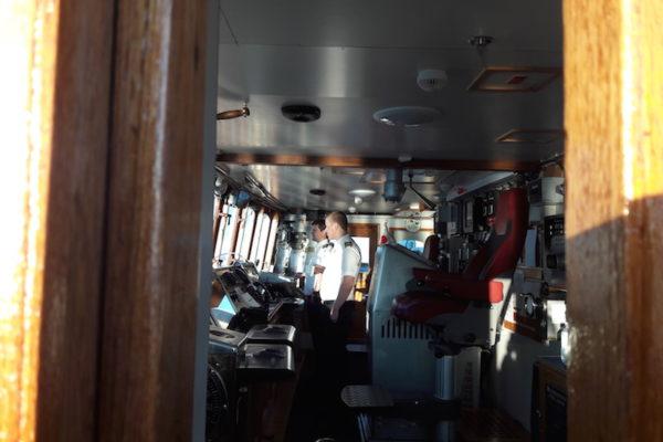 Die MS Lofoten ist das mit Abstand älteste Schiff der Hurtigriten-Flotte, welches noch in Betrieb ist. Seit 1964 fährt sie schon verlässlich die Norwegische Küste hoch und runter. Ein wahres nautisches Highlight also und die Atmosphäre an Board ist sehr persönlich –so konnten wir fasziniert dem Kapitän beim Manövrieren zuschauen um 19.00 Uhr. Und um halb 4 Uhr morgens standen wir bereits wieder neben der Brücke –dem Nordlicht-Alarm sei Dank!