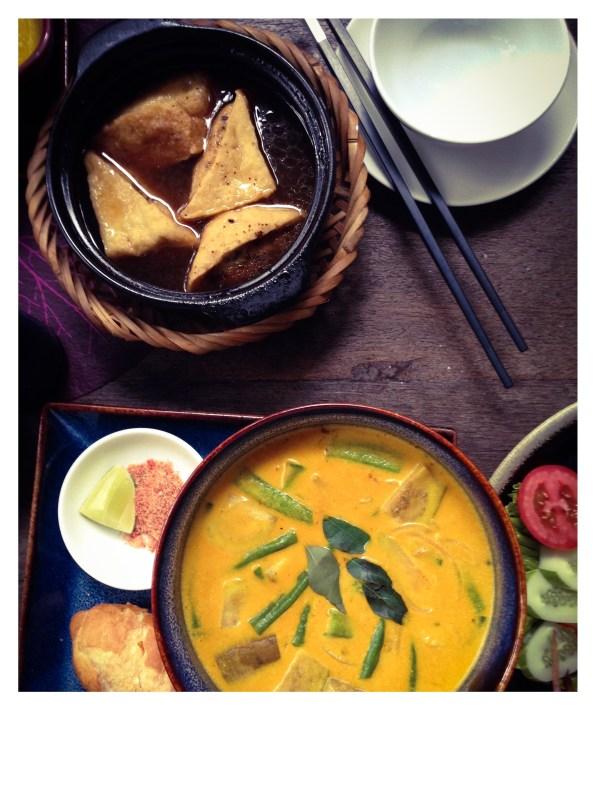 Soupe de curry aux légumes et tofu frit à l'eau de coco