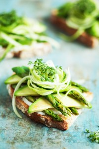 green avocado spargel sandwich mit ratzfatz Aioli