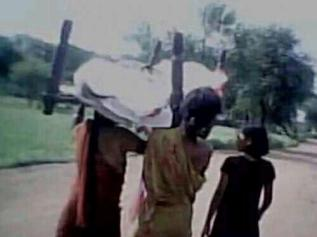 kanak-satpathys-body-being-carried-by-her-daughters