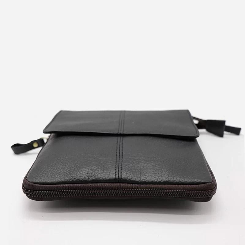 Détails du dessous de la petite sacoche bandoulière pour homme en cuir véritable noir pleine fleur de vachette.