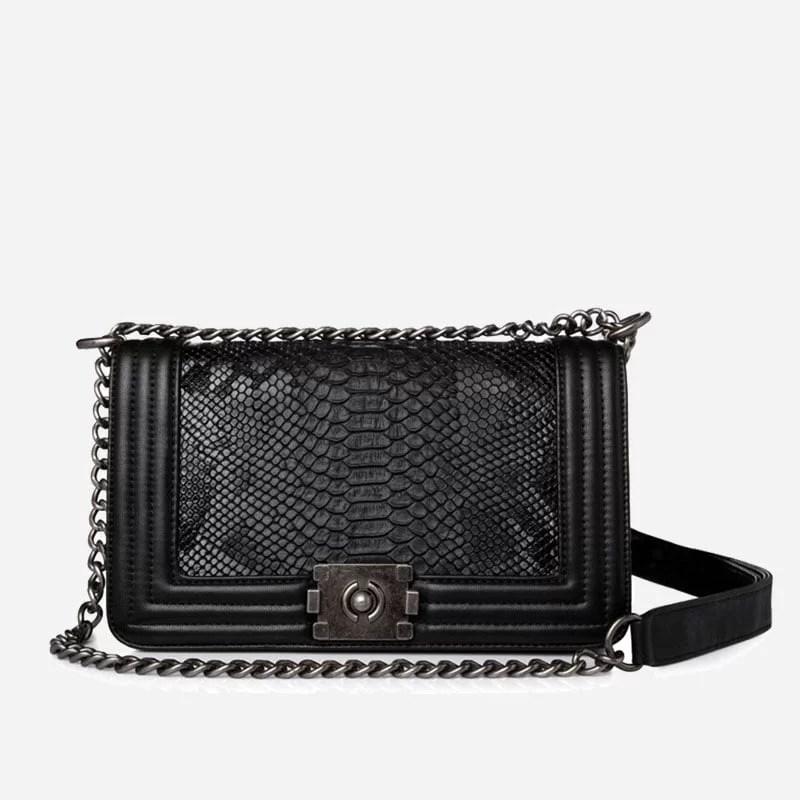 Sac besace pour femme avec bandoulière à chaîne et matière en cuir croco noir.