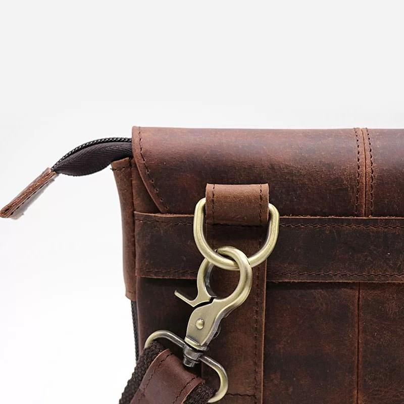 Détails de la bandoulière amovible et du verso de la sacoche en cuir véritable marron.