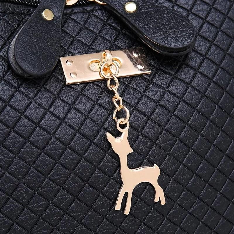 Petit sac à bandoulière en cuir noir pour femme avec des parties dorées. Cerfsbag classic. Zoom 1.