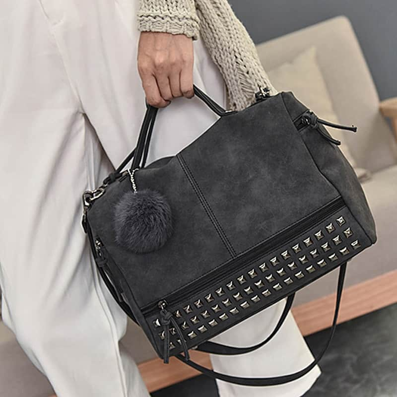 Sac à bandoulière et sac à main en cuir nubuck noir pour femme avec poches zippées et poches intérieures. Bolishbag classic. Zoom 1.