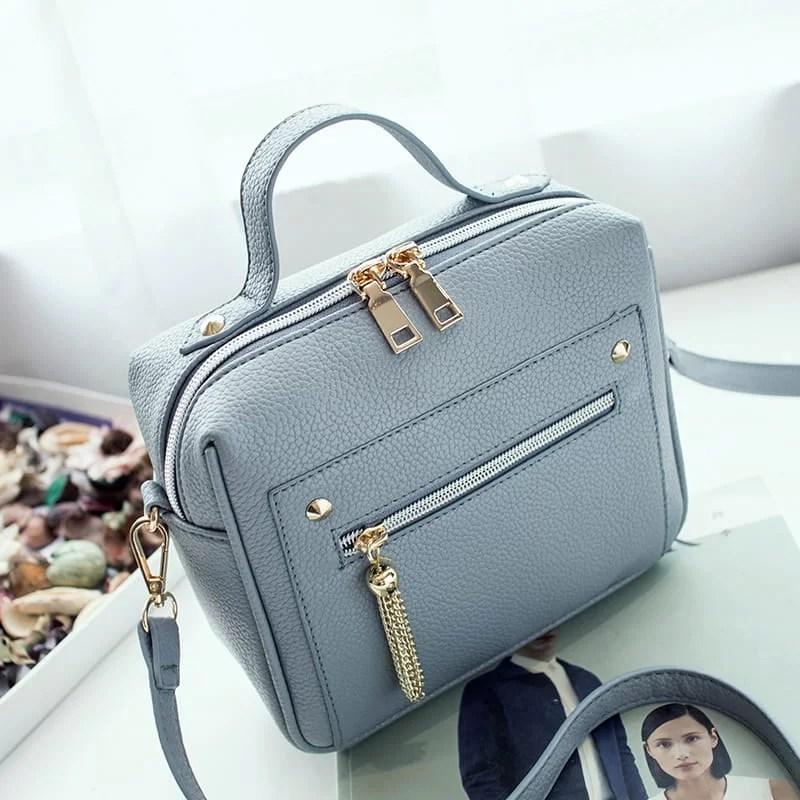 Petit sac à main bandoulière en cuir bleu pour femme.