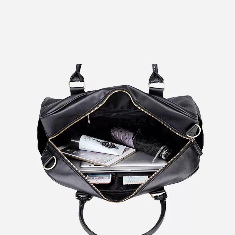 Intérieur du sac à main de type week-end 24h pour homme. En cuir et de couleur noir.