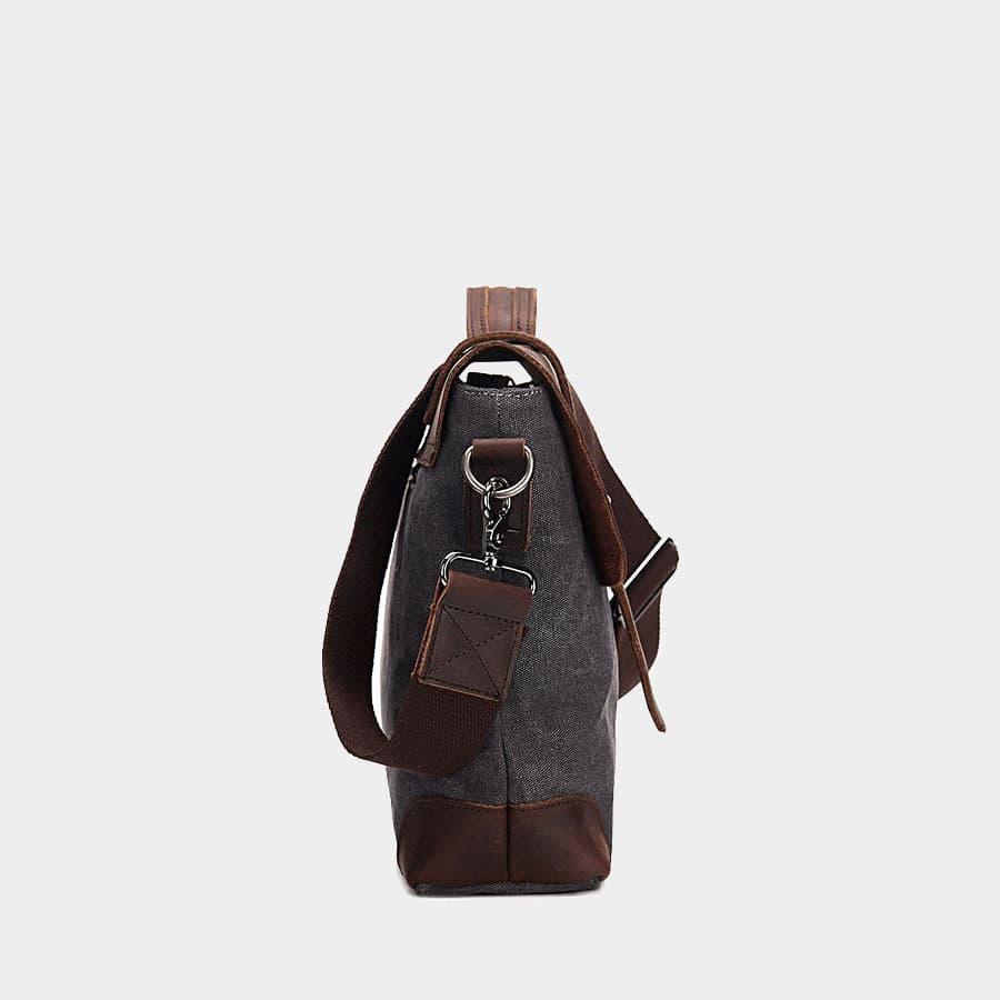 Côté du sac besace en toile et cuir véritable avec bandoulière à mousqueton.