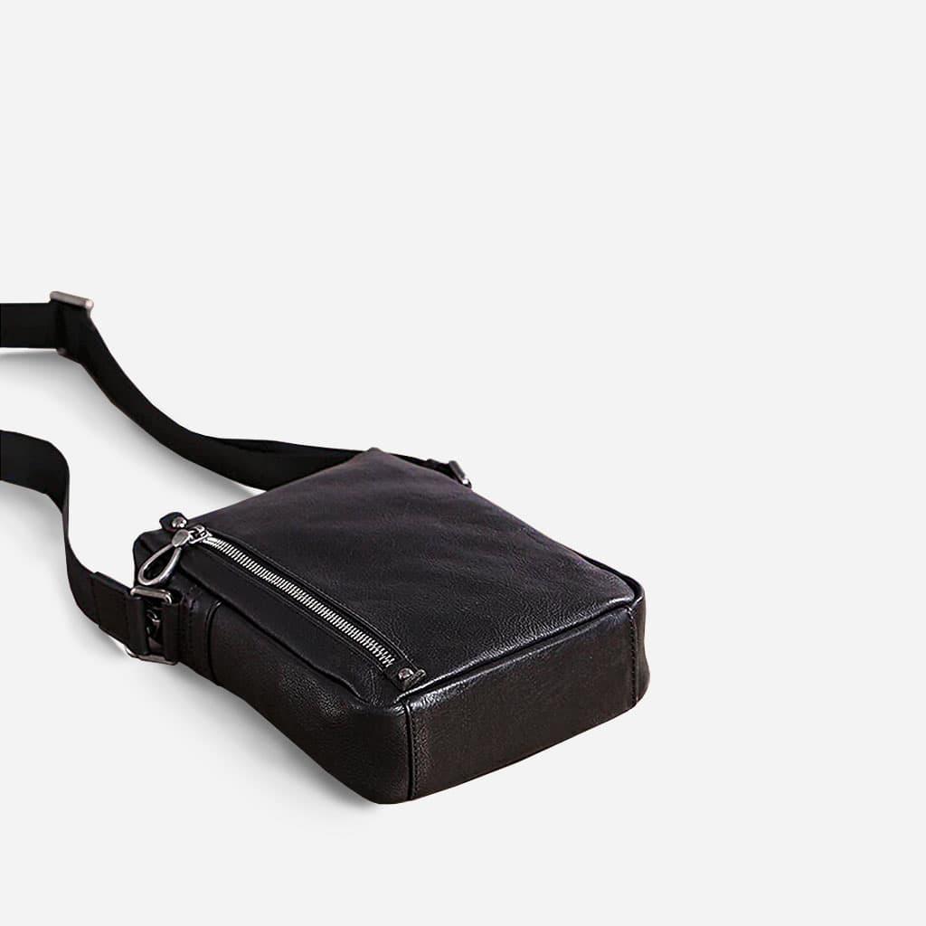 Dessous de la sacoche homme en cuir véritable noir.