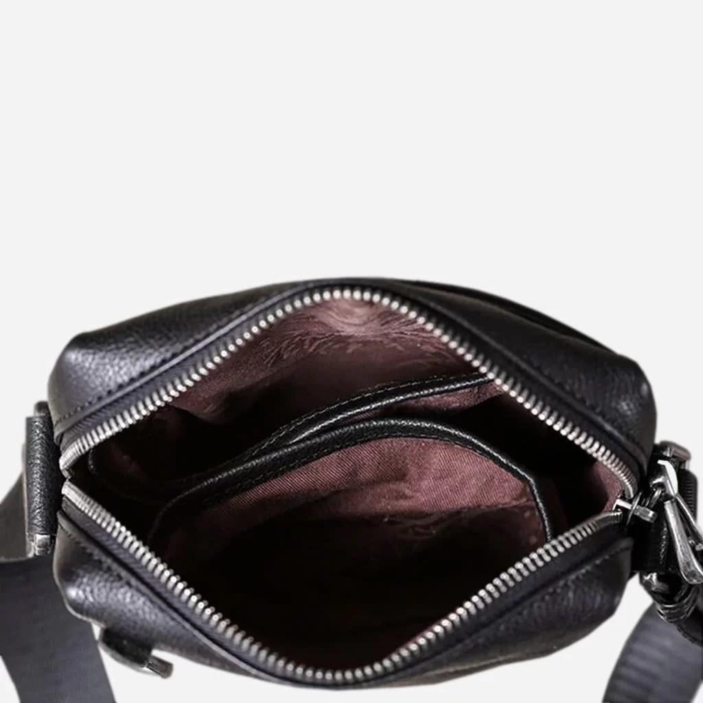 Intérieur de la sacoche homme en cuir véritable noir.