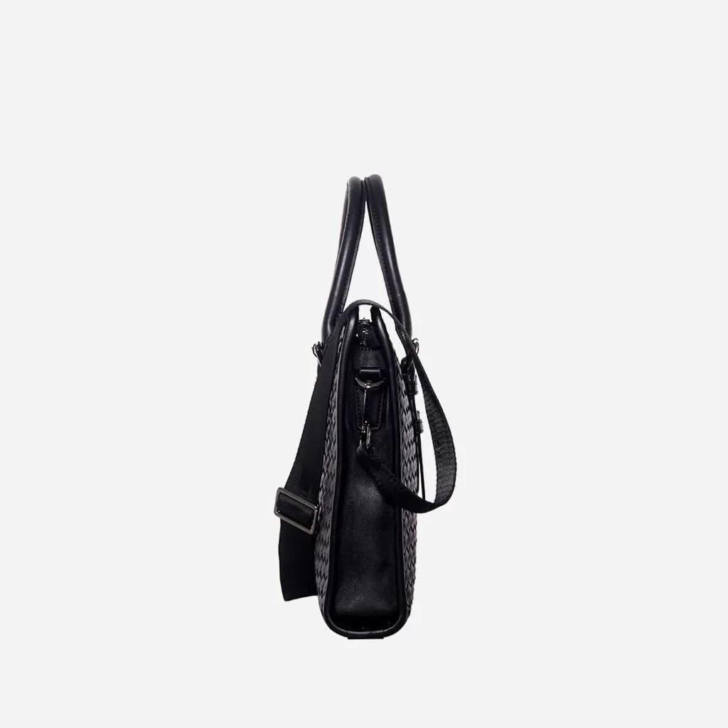 Côté de la sacoche porte-documents homme en cuir tissé noir.