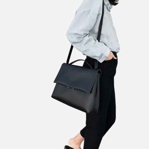 Grand sac à main type besace en cuir noir.