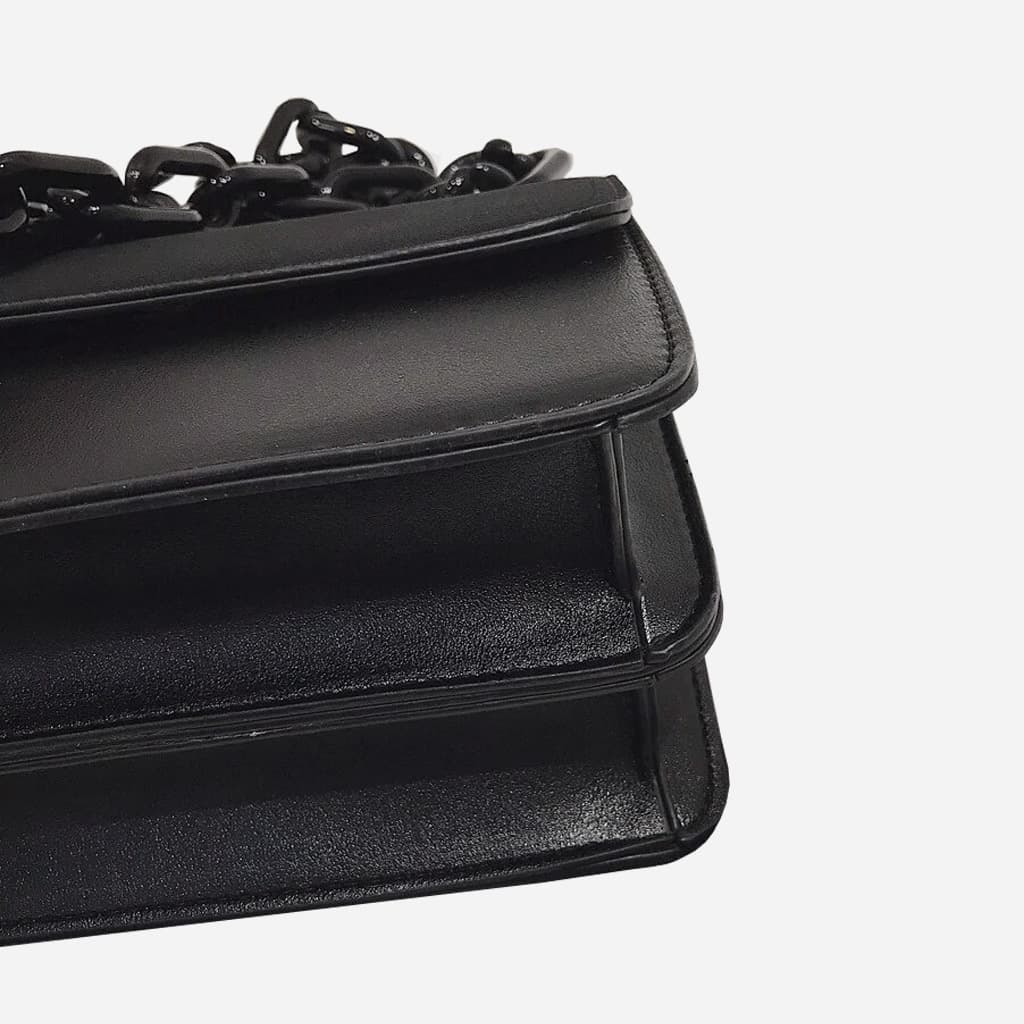 Dessous du sac besace bandoulière à chaîne noire.