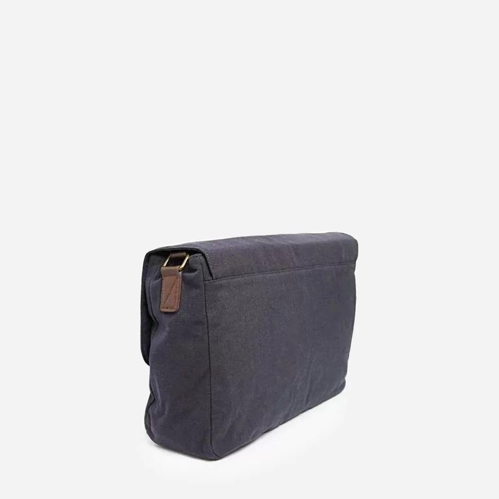 Verso du sac besace homme en tissu bleu et cuir marron.