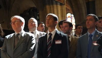 mężczyźni na Mszy Świętej